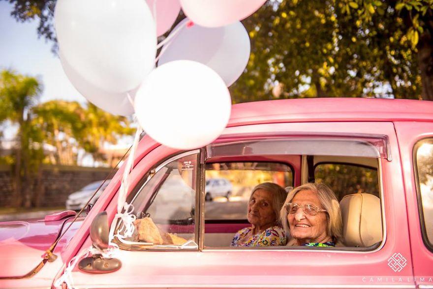 Gemelas se hacen una sesión de fotos por su 100 cumpleaños