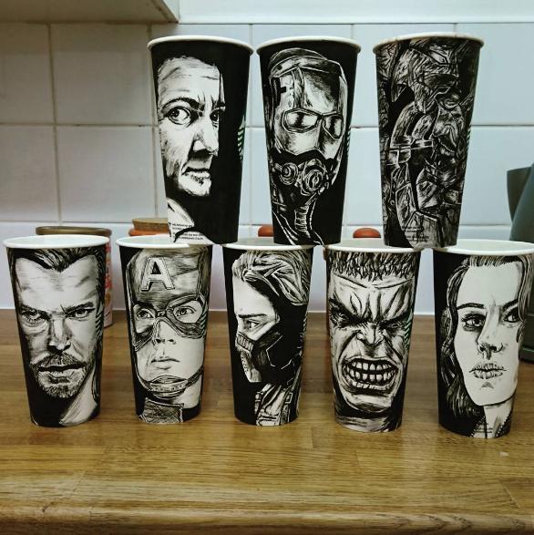Artista dibuja en vasos de starbucks