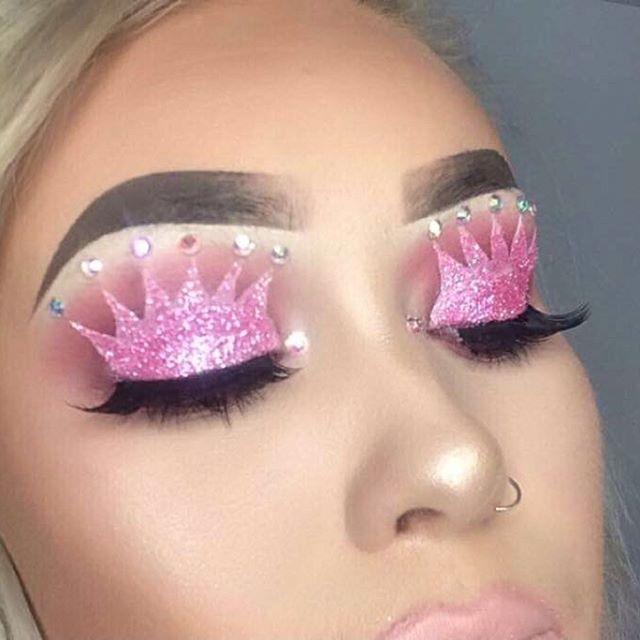 Maquillaje con coronas en los párpados
