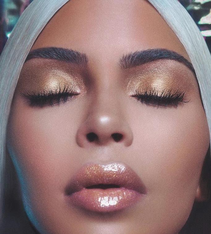 Kim Kardashian promociona su nuevo iluminador