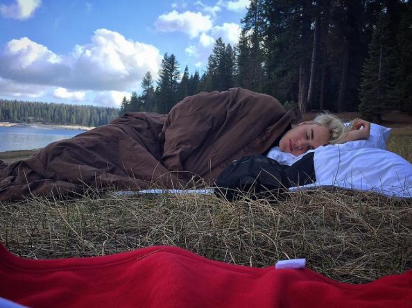 Justin Bieber desnudo en el campo