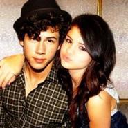 Nick Jonas le regalará un ramo de flores a Selena Gómez