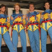 Louis Tomlinson y Liam Payne (One Direction) se lanzan desde un edificio