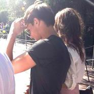 Louis Tomlinson con su novia Eleanor en Disneyland