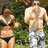 Naya Rivera ('Glee') se luce en bikini junto a un chico desconocido