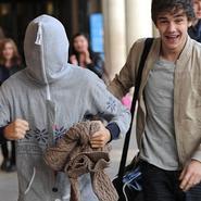 """Louis Tomlinson (One Direction) se esconde en una sudadera """"one piece"""""""