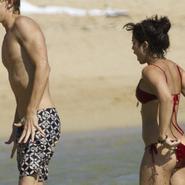Vanessa Hudgens enseña el trasero en las playas de Hawaii