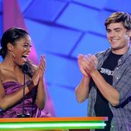 Zac Efron Present   Un Premio Con Keke Palmer En Los Kids Choice