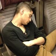 ¿Qué hacen los chicos de One Direction en los viajes en tren...? Dormir.