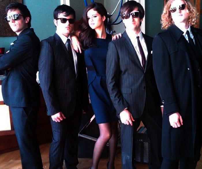 Selena Gómez rodeada de hombres