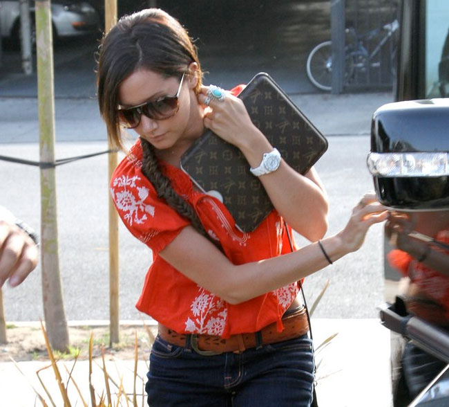 Ashley Tisdale enfunda su iPad con Louis Vuitton