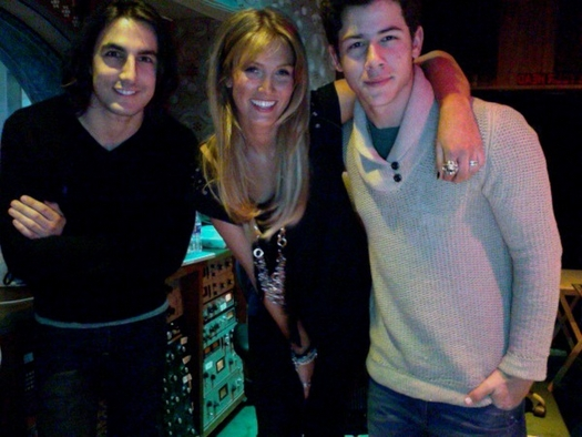 Nick Jonas y Delta Goodrem en el estudio de grabación
