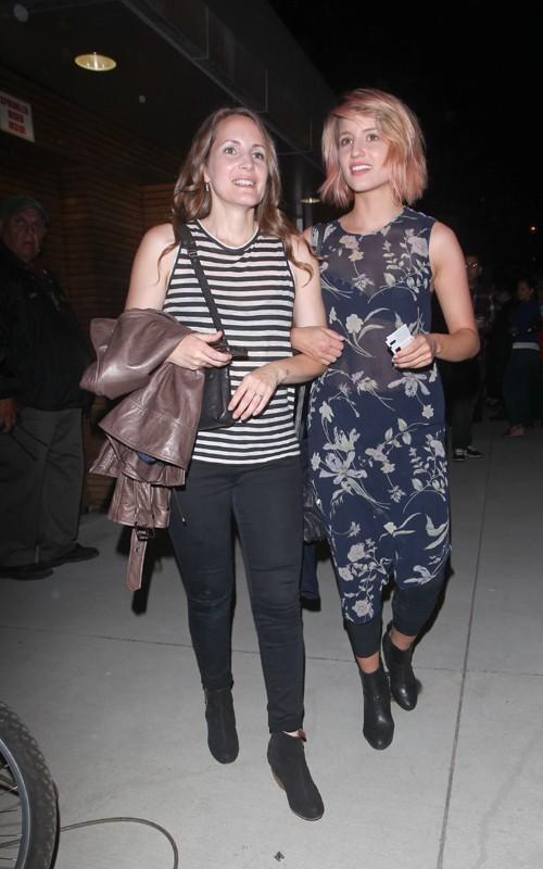 Dianna Agron y su mamá en el concierto de Adele