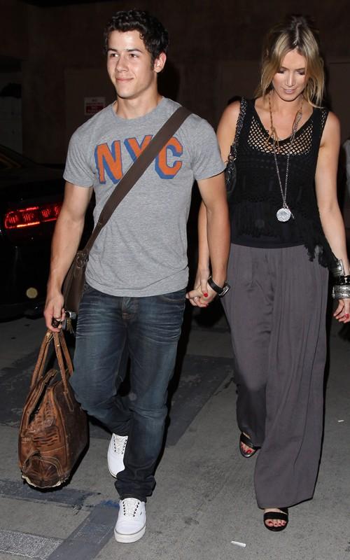 Nick Jonas y Delta Goodrem: Noche íntima en el boliche