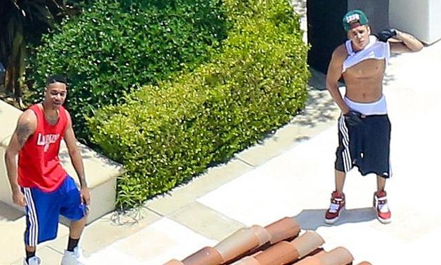 Justin Bieber se toca el paquete y enseña abdominales para echar a un paparazzi