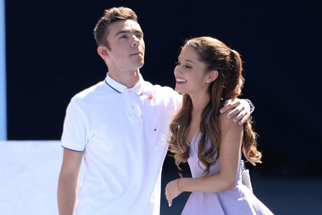 Ariana Grande se cuela en un concierto de The Wanted