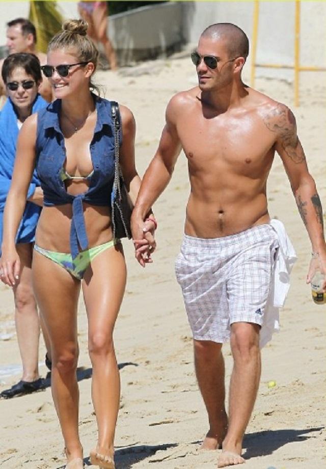 Max George desnudo en playa de Barbados