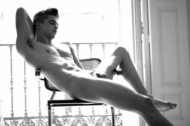 River Viiperi desnudo, el novio de Paris Hilton