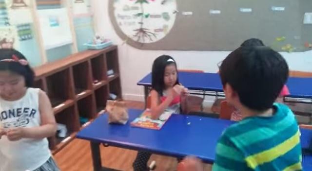 Niños prueban los caramelos ácidos por primera vez