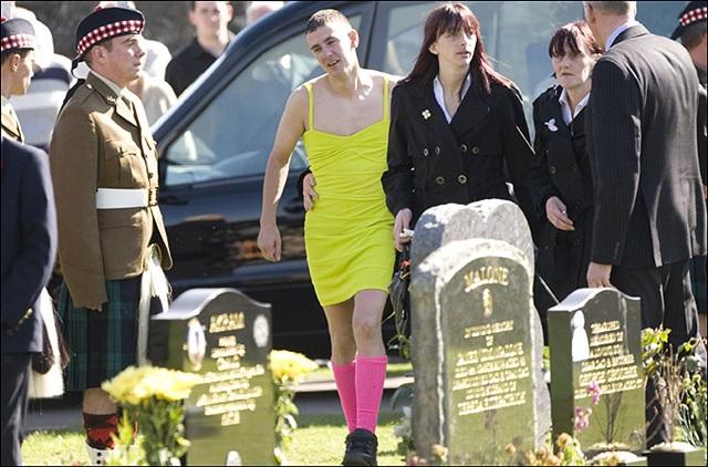 ¿Por qué este chico va vestido de mujer a un funeral?