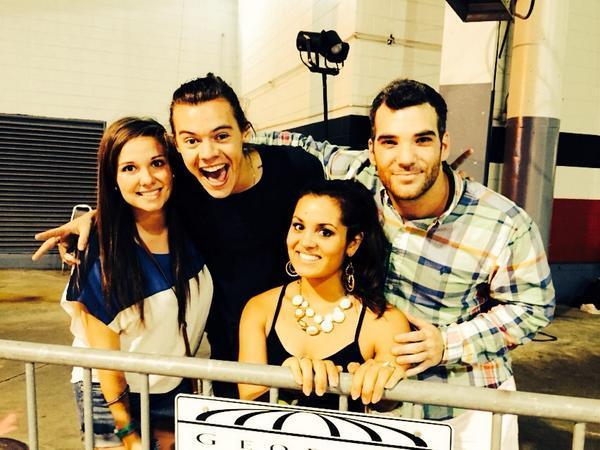Harry Styles ayuda a un chico a pedirle matrimonio a su novia en un concierto