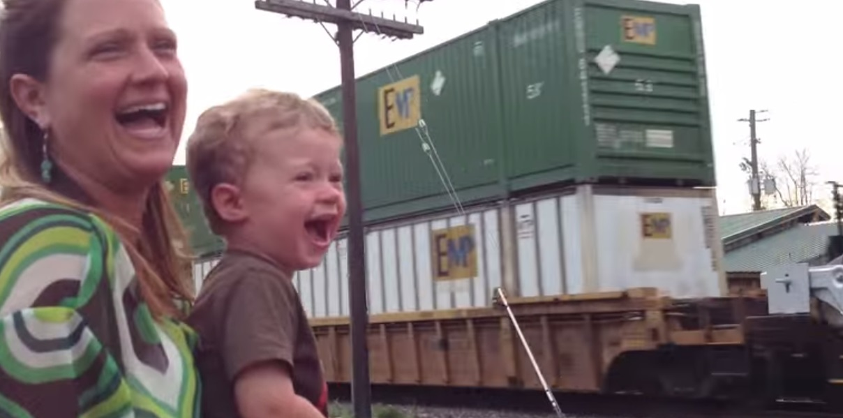 ¡Te va a encantar la reacción de este niño cuando descubre a qué se dedica su padre!
