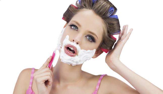 ¡La última moda para mujeres es afeitarse la cara!