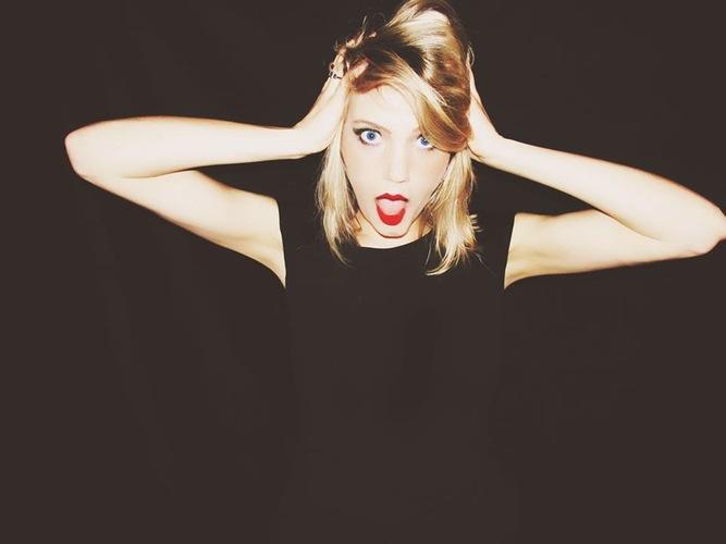 Conoce a Elizabeth Scarborough, la chica que se gana la vida por ser igual que Taylor Swift