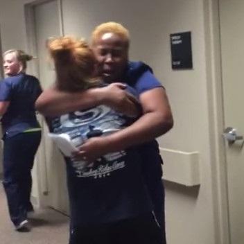 ¡Alucina con la reacción de una enfermera al ver caminando a su paciente paralítica!