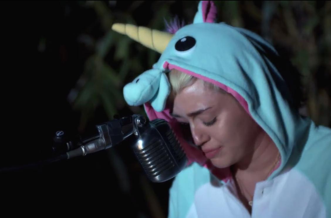 Miley Cyrus llora durante un vídeo recordando a su pez