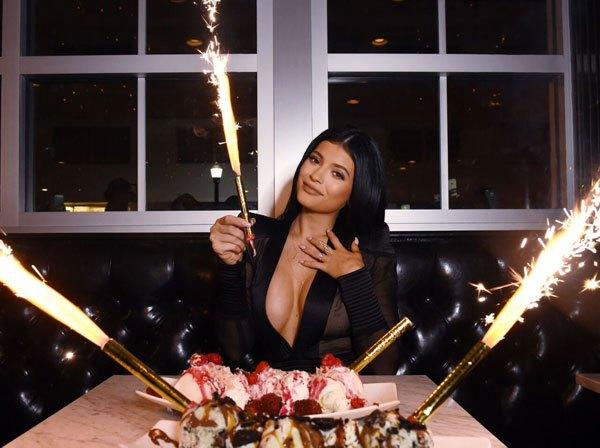 Kylie Jenner demuestra como hace que sus pechos parezcan más grandes