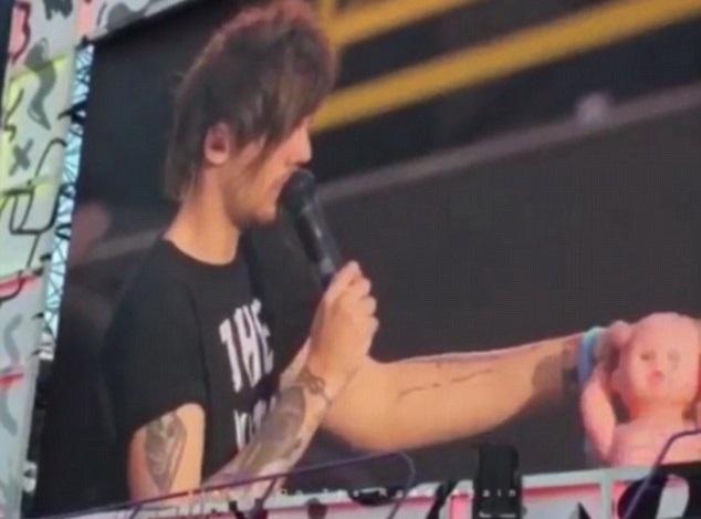 ¿Cómo reacciona Louis Tomlinson cuando una fan le tira un muñeco en un concierto?