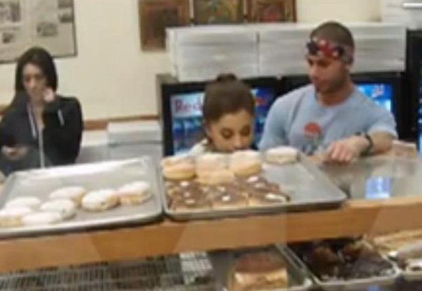 ¡Pillan a Ariana Grande lamiendo un donut en una tienda!