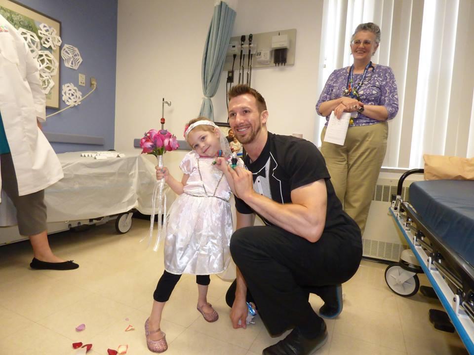 Una niña con leucemia se casa con su enfermero favorito