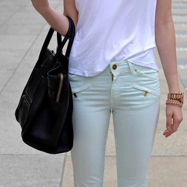 Inspírate con estos 15 looks con camiseta básica blanca