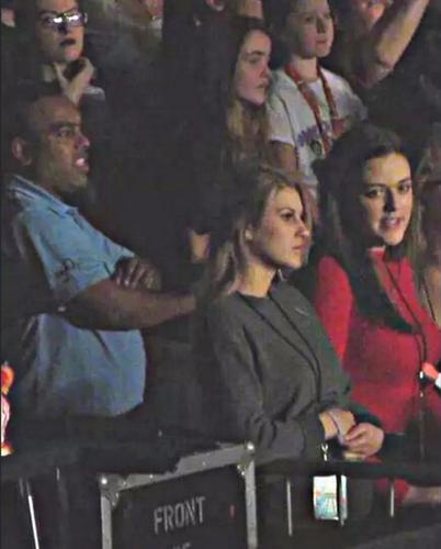 Briana Jungwirth luce tripa de embarazada en un concierto de One Direction