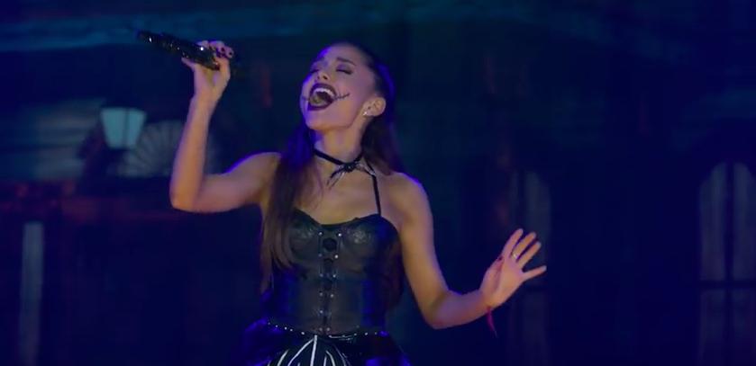 Ariana Grande atacada en directo con un móvil