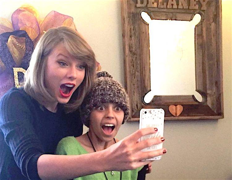 Taylor Swift emociona visitando a una fan enferma de cáncer