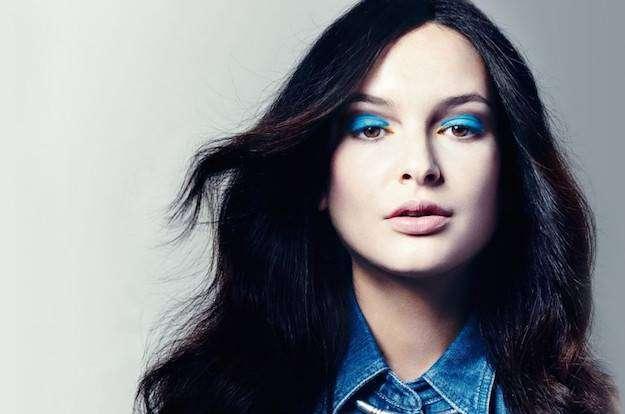 Sombra de ojos azul: la tendencia que arrasará este verano