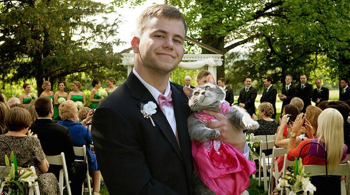Este chico llevó a su gata al baile y ahora son la pareja favorita de internet