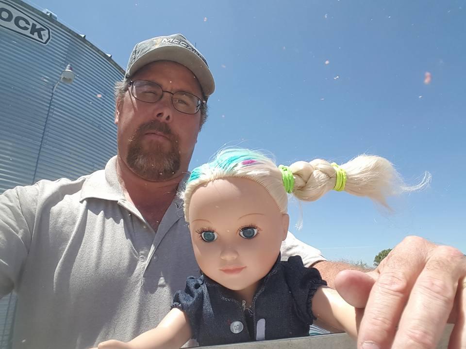 Este camionero se llevó al trabajo a esta muñeca, ¡y el motivo es adorable!