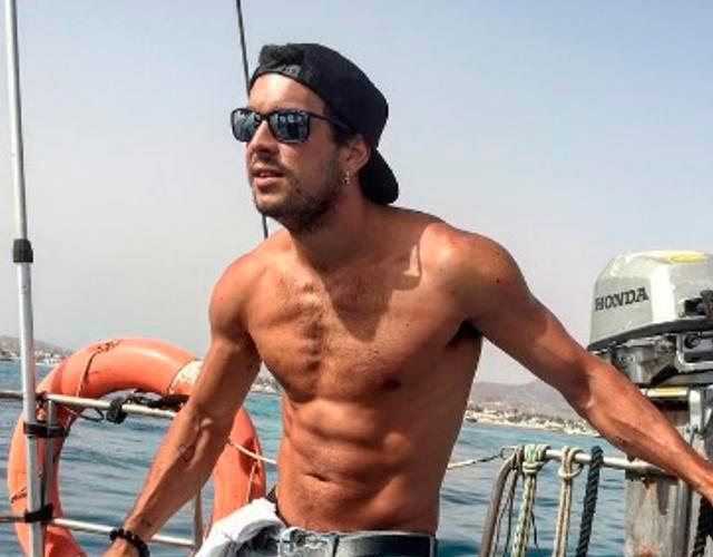 El posado de Mario Casas sin camiseta del verano