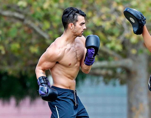 Joe Jonas sin camiseta boxeando en la calle