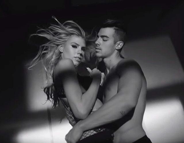 Joe Jonas sin camiseta en el vídeo de 'Body Moves' de DNCE