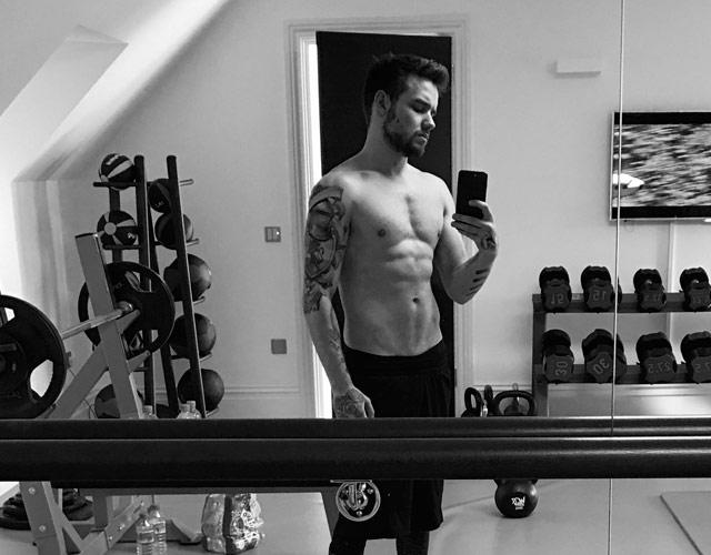 Liam Payne sin camiseta en el gimnasio