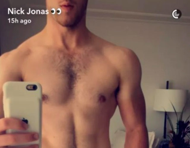 Nick Jonas sin camiseta en Snapchat