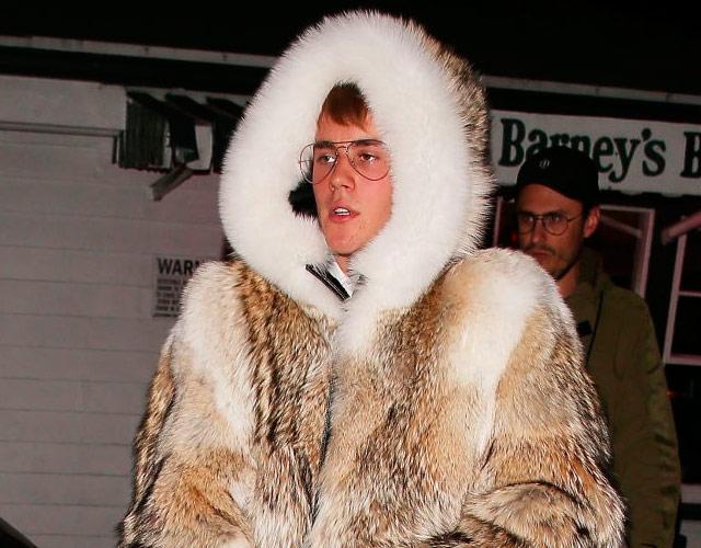 Justin Bieber, criticado por llevar abrigo de piel de coyote