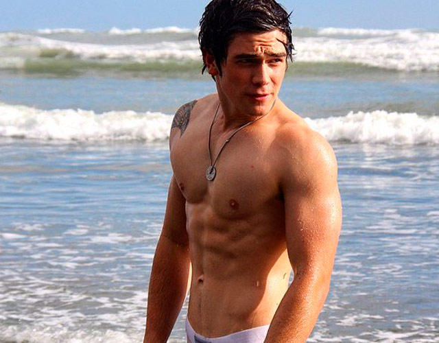 KJ Apa sin camiseta, la estrella de la serie 'Riverdale'