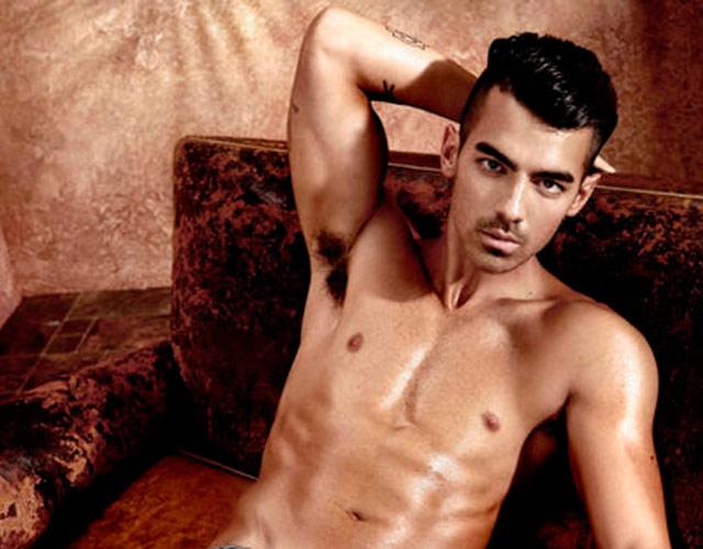 Joe Jonas sin camiseta para Guess