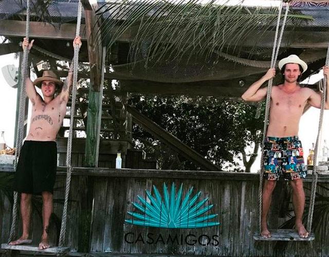 Justin Bieber sin camiseta con Patrick Schwarzenegger de vacaciones